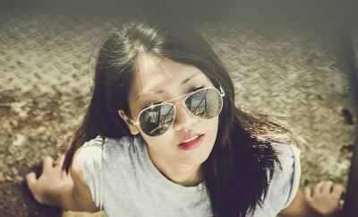 meisje met zonnebril