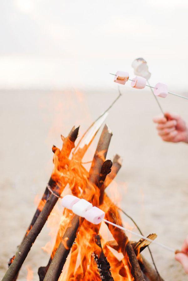 Marshmallows bij kampvuur op het strand