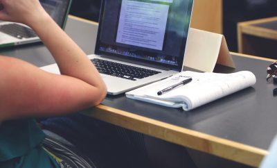 theorie examen oefenen achter de laptop