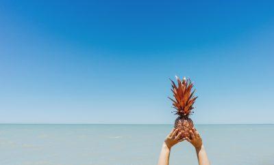 Een ananas op het strand in de zomer