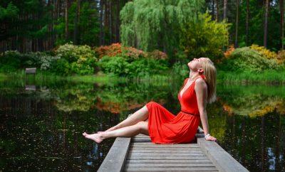 vrouw met een rode jurk