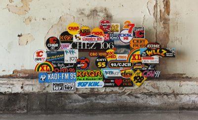 stickers op een muur
