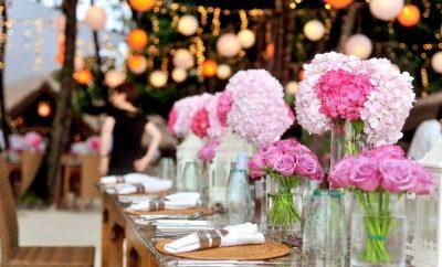 een bruiloft die in de tuin is georganiseerd