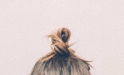 een zelfgemaakte haarmasker in het haar van een vrouw