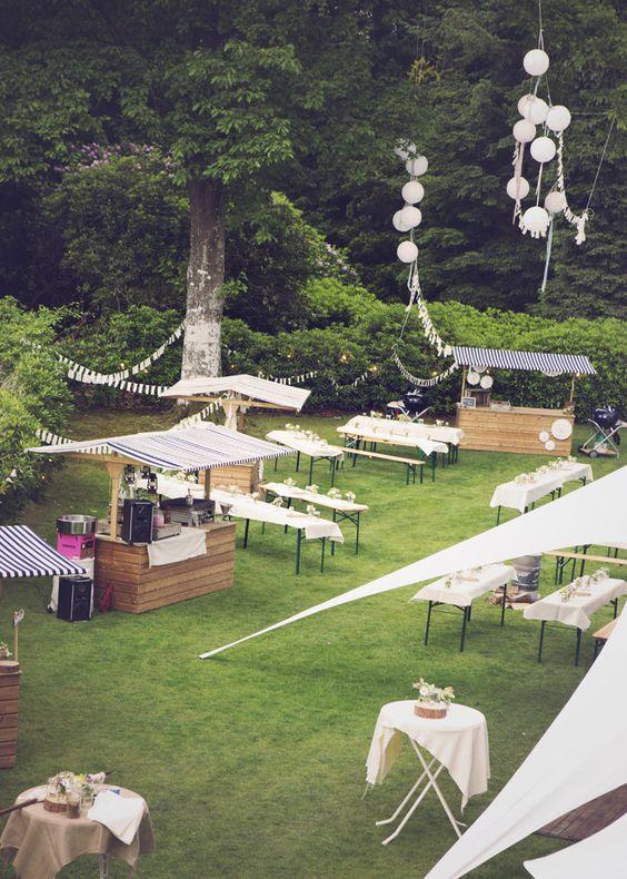 een picknick in de tuin op een bruiloft