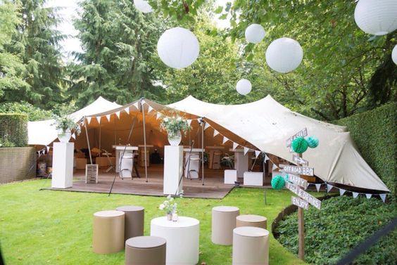 een stretchtent in de tuin voor bruiloft