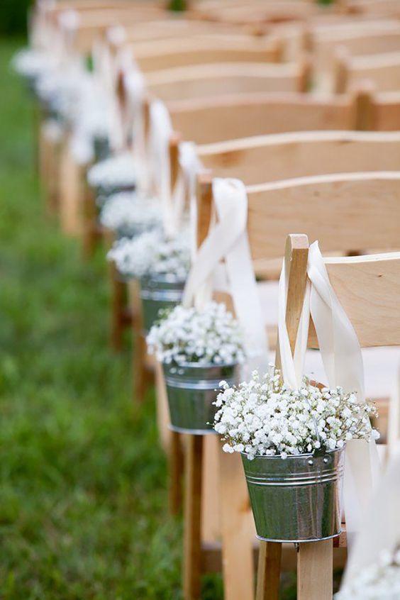 trouwdecoratie aan een stoel in de tuin