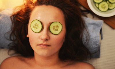 vrouw die aan het ontspannen is in een wellness thuis met komkommer op de ogen