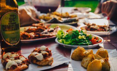 gerechten op tafel uit verschillende landen zoals zuid-afrika