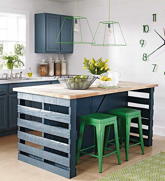 een keukeneiland met houten pallets