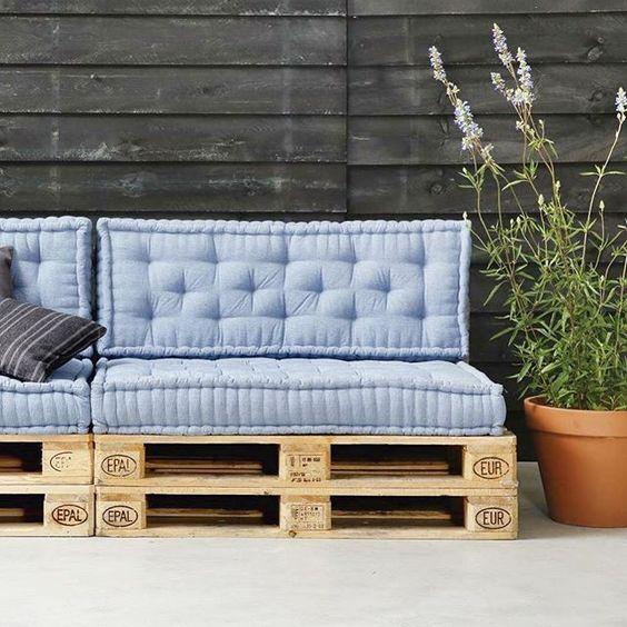 een loungeset gemaakt van houten pallet