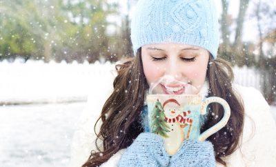 Warme chocolademelk drinken in de sneeuw
