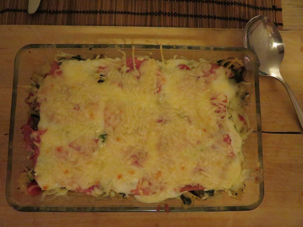 Simpele ovenschotel met spinazie, pasta, ham, champignons, rode paprika, ui-soorten en geraspte kaas