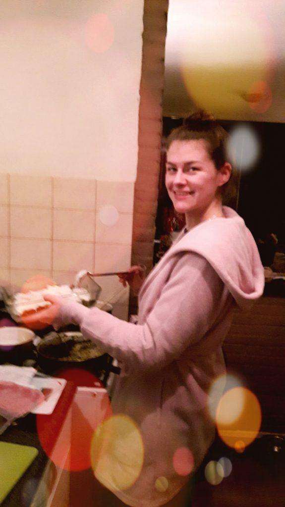 Meisje aan het koken. Meisje is bezig met een simpel recept voor een makkelijke maaltijd.