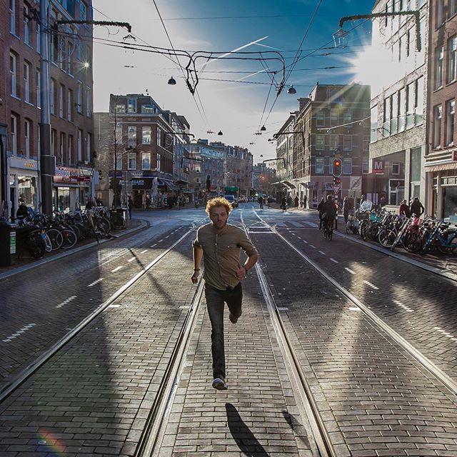 Jamie Trenité rennend op de trambaan in Amsterdam.