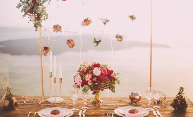 Romantische pastelkleurige bruiloft met mooie rozen op tafel