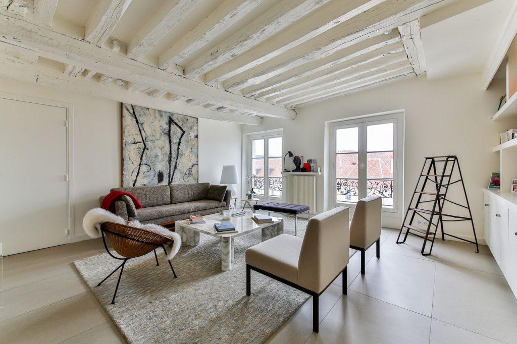 Een Scandinavisch interieur met veel wit, aardkleuren en minimale aankleding.