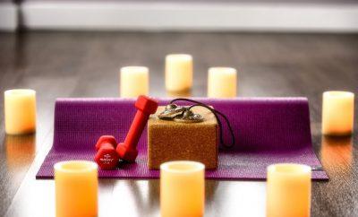 Yogamat en gewichten thuisfitness